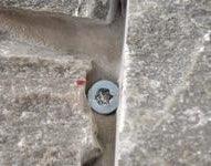 Feste av steinpanel i stender_VA01727