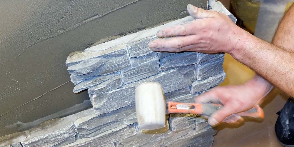 Montering av steinpanel - bruk gummihammer for god kontakt