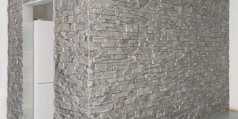 Grå steinpanel på vegg inne
