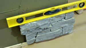 Montering av steinpanel begynner i hjornet_VA01616